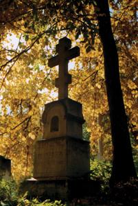 Крест на городском кладбище