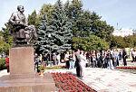 У памятника Гончарову