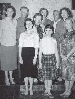 Потомки воспитанницы И.А. Гончарова А.К. Трейгут-Резвецовой с сотрудниками Музея И.А. Гончарова. 1983 г.
